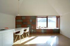 壁、天井は漆喰。床はコルクタイル。japan-architects.com