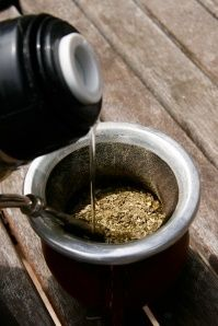 How to prepare yerba mate! A unique Argentine beverage. Pass me the mate! Yerba Mate Tea, Popular Drinks, Coffee Images, Types Of Tea, Loose Leaf Tea, Coffee Art, Mexican Food Recipes, Tea Time, Herbalism