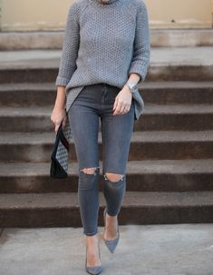 All Grey Outfit, Ripped Jeans, Grey Suede Pumps Outfit Jeans, Grey Outfit, Casual Chique, Style Casual, Mode Outfits, Fall Outfits, Casual Outfits, Grey Fashion, Look Fashion