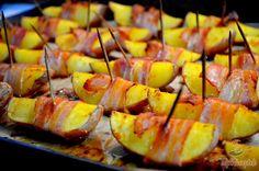 A sült burgonya szalonnaköpenyben igazi csemege lehet még a húsimádóknak is. Finom, fűszeres, kellemesen sós köret, amit ráadásul rengeteg módon tudunk elkészíteni. A jól megválasztott fűszerkeverék és az igazán karakteres szalonna szinte csodákra képes! Az elkészítése gyors, egyszerű, pompásan illik rántott húshoz, zöldségekhez, de akár szaftos húsokhoz is. Szerző: Lacusin Recipe Collection, Cake Cookies, Pineapple, Recipies, Food And Drink, Healthy Recipes, Meals, Fruit, Life