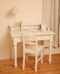 Psací stůl s nástavcem a dřevěnou židlí. Rozměr 100 x 55 cm. Výška 76 cm. Cena 13 150 Kč; Ma Maison Interiors