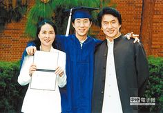 with wife and son Jackie Chan Movies, Bruce Lee Photos, Chinese Movies, Martial Artist, International News, Executive Producer, Poses, Comedians, Movie Stars