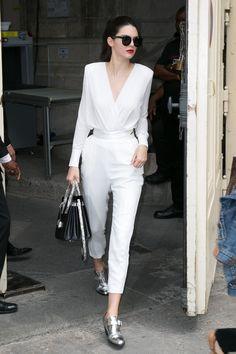 Kendall Jenner en total look blanc et chaussures Barbara Bui à la sortié du défilé Chanel Paris en juin 2015