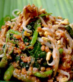 Indonesian food : pecel I love this taste but spicy salad. Malaysian Cuisine, Malaysian Food, Malaysian Recipes, Suriname Food, Asian Recipes, Healthy Recipes, Indonesian Cuisine, Indonesian Recipes, Exotic Food