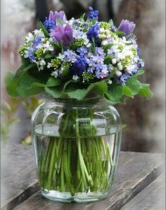 Spring Flowers in Glass Vase . Arte Floral, Deco Floral, Ikebana, Fresh Flowers, Spring Flowers, Beautiful Flowers, Flowers In A Vase, Small Flowers, Purple Flowers