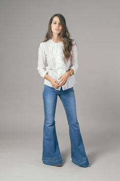 Calça jeans Liverpool em look clean com camisa branca. Ateliê de Calças.