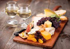 Tabla de quesos y dos copas de buen vino...¡Perfecto aperitivo!