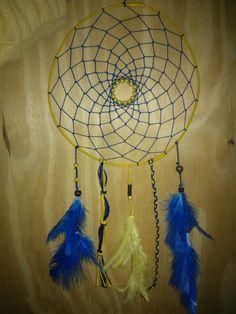 Atrapasueños azul y amarillo