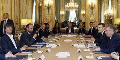 Macron l'avait promis, son arrivée à l'Elysée commencerait par une réduction des ministères et avec eux, de leurs personnels. Si désormais on dénombre 30 ministres (contre 38 sous la présidence Hollande) et un nombre limité de collaborateurs dans les cabinets (10 maximum), il ne faut pas s'attendre à des économies pour le budget 2018. Loin s'en faut puisque cette diminution de 47% des effectifs s'accompagne d'une progression des salaires de + 20,5%, soit 9186 euros pe...