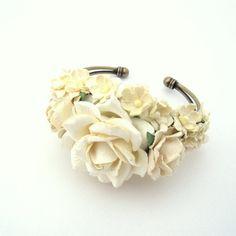Håndlavet armbånd med hvide blomster