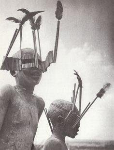 Enfants de la tribu Wagogo portant les masques typiques de la cérémonie de la circoncision, Tanzanie 1947 - Georges Rodger