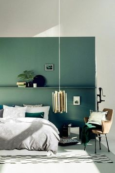 mur double couleur - blnac bleu, chambre à coucher design chic, chambre adulte complete