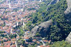 Widok z Klasztoru Świętej Trójcy na znajdujące się u stóp Meteorów miasteczka - Grecja, Meteory