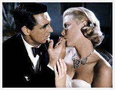 Grace Kelly dans La main au collet http://www.vogue.fr/joaillerie/red-carpet/diaporama/diamants-a-l-ecran-films-bijoux-les-hommes-preferent-les-blondes-titanic/16912/image/895701#!la-main-au-collet-grace-kelly-films-bijoux