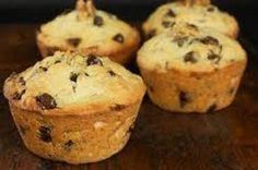 I muffin alla banana e cioccolato sono dei deliziosi dolcetti di origine anglosassone, adattissimi per colazione ma che si possono gustare tranquillamente anche come dessert a fine pasto. Ricchissimi di elementi che stimolano la concentrazione e regolano l'ansia, favorendo il buonumore, questi muffin sono adattissimi a chi è sotto stress a causa di studio o lavoro. Vediamo insieme la ricetta per preparare questi sfiziosi dolcetti.