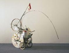 Jean Tinguely.  Fragment de Hommage à New York.  1960 Métal, les pneus tissu, ruban, bois, caoutchouc et peints  (203,7 x 75,1 x 223,2 cm)