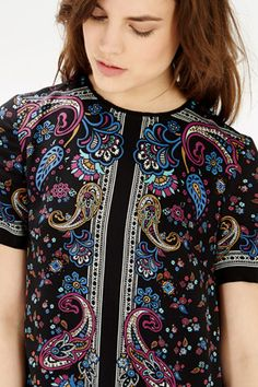 This loose fitting paisley dress features short sleeves, rounded neck and is finished with an exposed zip fastening at the back of the dress.