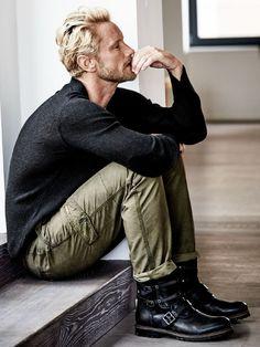 PULLOVER DRUDE. Die unaufdringliche Perfektion erschließt sich dem bewanderten Auge sofort: Stil definiert Hannes Roether bei diesem Pullover mit feinem Gespür über einen grobmaschigen dreidimensionalen Reiskornstrick mit V-Ausschnitt, eingearbeiteten Feinstrick-Ärmelpatches und rollenden Kanten. Wertet jedes gewöhnliche (Jeans-)Outfit auf. Mit 10 % Kaschmir ideal für den beginnenden Frühling. Zu CARGO-PANTS in Khaki und BUCKLE BOOT. www.mey-edlich.de
