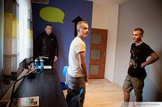Chłopcy z wielką radością oglądali nowe pokoje w towarzystwie Mistrza Świata Rafał Sonik . Rafał pomaga również po mistrzowsku !