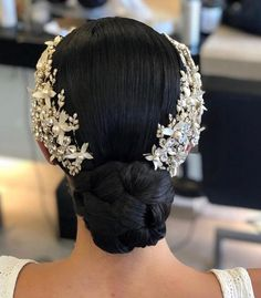 Here are some ways to incorporate jewels into your wedding hair for a classic wedding day look. Elegant Wedding Hair, Wedding Hair Down, Bride Hairstyles, Down Hairstyles, Bridal Hair Inspiration, Headpiece Wedding, Wedding Hair And Makeup, Wedding Hair Accessories, Hair Pieces