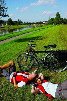 Fahrradrouten in Niedersachsen: Mit dem Fahrrad kann man die abwechslungsreiche Solling-Vogler-Region individuell erkunden - aber eine Verschnaufpause zwischendurch muss sein. Foto: djd/Solling-Vogler-Region