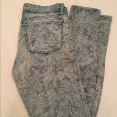 J Brand Blue Paisley Paint Skinny Jeans Size 28 Paisley pint jeans. Zip and button fastening, belt loops and branded metal hardware. Two front pockets and coin pocket, two rear pockets. Subtle paisley print throughout. Skinny leg. Mid rise. Great look for summer! J Brand Jeans Skinny