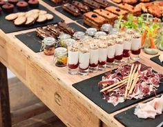 Una mesa buffet para reunirse y disfrutar del verano