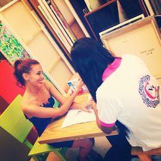 Nossa artista cuidando das unhas da Tania Kalil no evento de lançamento da #Essie Brasil #nailart #vemprocheers
