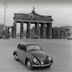 New Volkswagen drives past the Brandenburg Gate in Berlin. Van Vw, Vw Vintage, Brandenburg Gate, Tribute, Safari, Vw Cars, Volkswagen Jetta, Find Picture, Vw Beetles