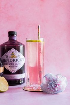 This Midsummer Gin Dream cocktail is an elevated version of the standard gin and tonic. Made with a floral gin, lime juice, and Chambord liqueur. Gin Recipes, Gin Cocktail Recipes, Coctails Recipes, Cocktail Drinks, Alcoholic Drinks, Beverages, Spring Cocktails, Craft Cocktails, Summer Drinks