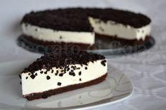 La torta fredda allo yogurt ricoperta è un facile e goloso dessert. La si può ricoprire come meglio si preferisce e il risultato è sempre un successo.