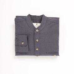 Arbejdsskjorte - mørke blå med striber. Gennemknappet og med kinakrave. #arbejdstøj #trationelarbejdstøj #tidstypiskarbejdstøj #tibberuphoekeren #bonderøv #traditoneltarbejdstøj #historiskarbejdstøj