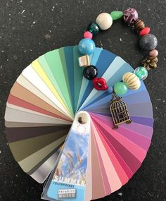 Armband als een kleurenwaaier.   Style Consulting Color Me Beautiful, Soft Summer, Hand Fan, Jewelry Accessories, Shades, Colour, Trapillo, Wristlets, Color