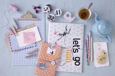 So peppen Sie Mappen, Klemmbrett, Holzbleistifte und andere Schreibtischutensilien wunderschön auf: Mit hübschen Geschenkpapier beklebt und kleinen Collagen...