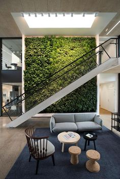 Living Walls and Vertical Gardens to Bring a Touch of Spring into Your Home office design Visit for more interior inspirations.office design Visit for more interior inspirations. Interior Garden, Office Interior Design, Office Interiors, Interior And Exterior, Interior Decorating, Decorating Ideas, Office Designs, Decorating Websites, Design Comercial