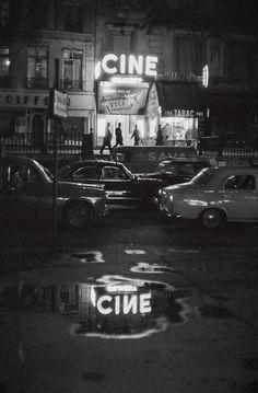 On n'avait pas ces énormes complexes souvent situés à l'extérieur des villes , on trouvait en ville de petites salles de cinéma un peu partout ! / Paris, France, 1960. Photo: Johan van der Keuken
