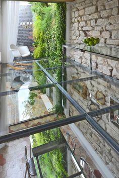 Уютен дуплекс-пентхаус с площ 140 квадратни метра разположен на площад Свети Мария Магдалена в Париж, Франция.