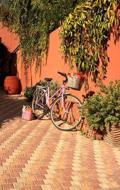 Terrasse aux couleurs chaudes et déco nature sur les murs