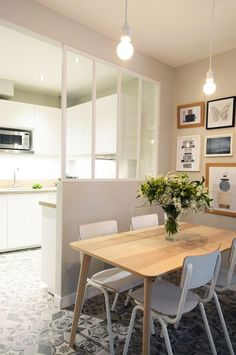 Une petite verrière isole la cuisine de la petite salle à manger