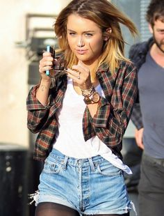 Old school Miley Cyrus: Ombre, cut offs, flannel and white tee. Old Miley Cyrus, Miley Cyrus Style, Winter Outfits, Cool Outfits, Summer Outfits, Divas, Moda Country, Quoi Porter, Vogue