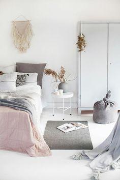 Dormitorio en tonos pastel / Dormitorio con pared ladrillo vista / 8 dormitorios en los que querrás dormir #hogarhabitissimo