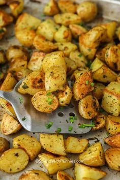 Fluffy inside and crispy outside everyone loves oven roasted potatoes! Top these with sour cream, bacon and cheddar. #spendwithpennies #easysidedish #roastedpotatoes #ovenroasted #potatoes #freshherbs Oven Roasted Baby Potatoes, Toasted Potatoes, Perfect Roast Potatoes, Perfect Baked Potato, Potatoes In Oven, How To Cook Potatoes, Gold Potato Recipes, Roasted Potato Recipes, Rice