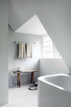 Toque rústico em banheiro clean.