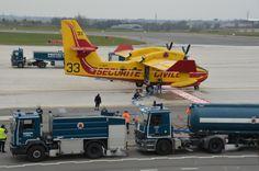 Canadair qui se fait ravitailler à l'Aéroport avant d'aller au feu