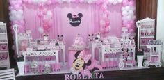 Não vendemos nada  Somos do Rio de Janeiro  Empresa especializada em decoração e buffet  Decoração tema minnie rosa  4 mesas  1 carrinho de chá  2 estantes  2 cabideiros  1 penteadeira  1 banquinho  tapete  cortina 6 metros  arco de bolas  bandejas  bonecos  acessórios de enfeite  cenários de chão