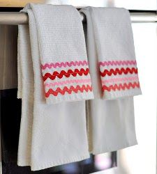 Rick Rack Dish Towels - sew or use fabric glue - embellish with button - match color to seasons (allfreesewing.com)