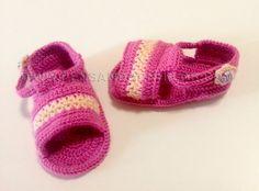 Sandalias rosa de hilo realizadas a ganchillo especiales para el veranito. Handmade baby sandals available in size 0-3, 3-6, 6-9 and 9-12 months.