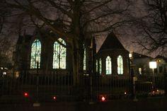 Goudse Glazen van de Sint Janskerk aangelicht van binnenuit... het blijft bijzonder - De dag na kaarsjesavond 2013 was het tijd voor de eerste editie van Candlelight Shopping in Gouda. Geniet van Gouda in kerstsfeer.