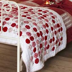 LOVE this Yo-Yo bed runner with blanket stitched edges! It looks so fabulous with the red/white bedding on that white wrought iron bed! Quilting Projects, Sewing Projects, Yo Yo Quilt, Two Color Quilts, Red And White Quilts, Quilt Making, Quilt Blocks, Quilt Patterns, Shabby