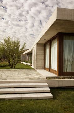 Apply the Faceal Oleo HD on concrete facades of modern houses. Photo: Claro House by Juan Carlos Sabbagh Arquitectos Space Architecture, Residential Architecture, Amazing Architecture, Chinese Architecture, Futuristic Architecture, Sustainable Architecture, Design Exterior, My Dream Home, Building A House